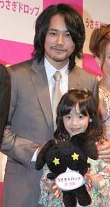 映画『うさぎドロップ』の特別試写会で舞台あいさつした(左から)松山ケンイチ&芦田愛菜