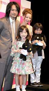 映画『うさぎドロップ』の特別試写会で舞台あいさつした(前列左から)芦田愛菜、佐藤瑠生亮(さとう・るいき)、(後列左から)松山ケンイチ、香里奈