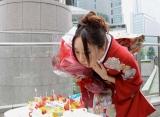 """新垣結衣の初主演""""月9""""ドラマ『全開ガール』がクランクイン、2日前に誕生日を迎えた新垣に花束とバースデーケーキが贈られた"""