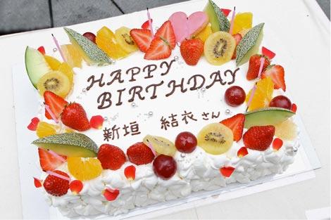 """新垣結衣の初主演""""月9""""ドラマ『全開ガール』がクランクイン、2日前に誕生日を迎えた新垣にバースデーケーキが贈られた"""
