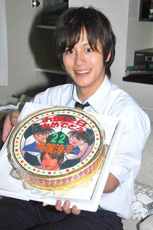 連続ドラマ『名探偵コナン』がクランクイン、この日誕生日を迎えた溝端淳平にサプライズでバースデーケーキが贈られた (C)ORICON DD inc.