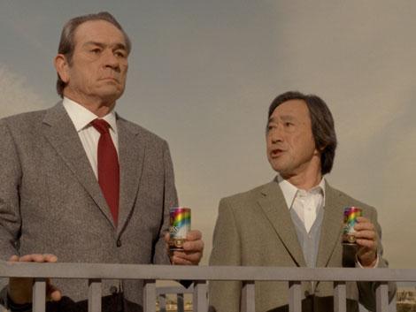 『ボス レインボーマウンテンブレンド』のCMに出演するトミー・リー・ジョーンズ(左)と武田鉄矢(右)