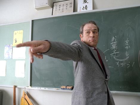 授業中に携帯電話を使う生徒にチョークを投げつける
