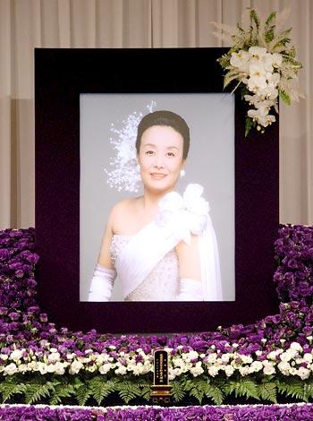 歌手・美空ひばりさんの23回忌法要で祭壇に飾られた遺影 (C)ORICON DD inc.
