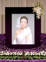 歌手・美空ひばりさんの23回忌法要で祭壇に飾られた遺影