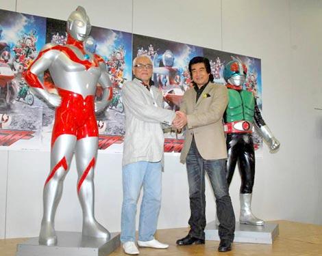 Blu-ray&DVD『ウルトラマンVS仮面ライダー』の発売記念イベントに出席した(左から)初代『ウルトラマン』の黒部進、『仮面ライダー1号』の藤岡弘、 (C)ORICON DD inc.