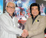 Blu-ray&DVD『ウルトラマンVS仮面ライダー』の発売記念イベントに出席した(左から)初代『ウルトラマン』の黒部進、『仮面ライダー1号』の藤岡弘、