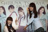 東京・SHIBUYA TSUTAYA 1FをジャックしたAKB48の小嶋陽菜(左)と大島優子