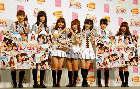 サムネイル AKB48の恋愛妄想ゲームの第2弾『AKB1/48 アイドルとグアムで恋したら…』の制作発表会に出席した(左から)仁藤萌乃、指原莉乃、大島優子、高橋みなみ、渡辺麻友、横山由依、河西智美