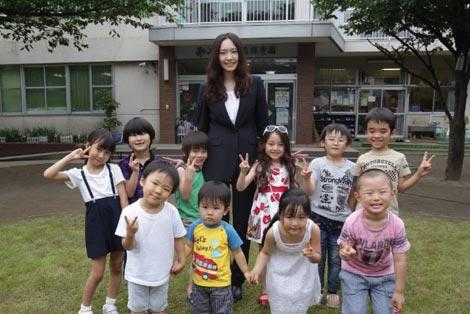 主演ドラマ『全開ガール』で保育園ロケを行った新垣結衣と子供たち