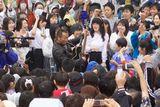 降りしきる雨の中、宮城・石巻市の日和山公園で熱唱した長渕剛と市民ら1000人
