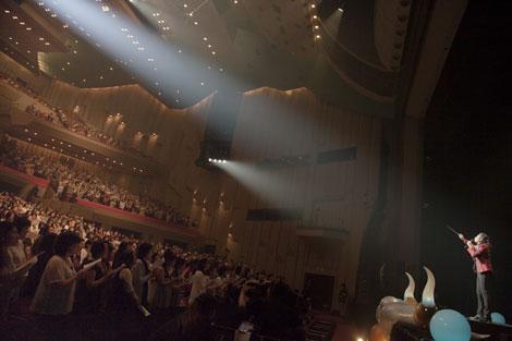 復興支援ソング「つよくいきよう」を約3,000人の観客とともに収録した石井竜也