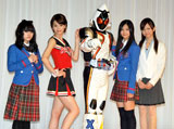 女性キャストに囲まれるフォーゼ(左から志保、坂田、フォーゼ、清水、虎南) (C)ORICON DD inc.