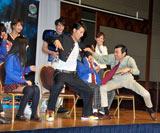 平成仮面ライダーシリーズ第13弾『仮面ライダーフォーゼ』(テレビ朝日系)の制作発表会に出席したアンガールズ・田中卓志が「怪人カニ男」で共演キャストを襲った
