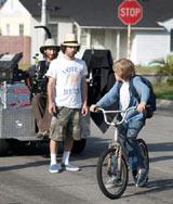 13歳の少年TJ役のデヴィン・ブロシューとサッサー監督 (C) 2010 Hesher Productions, LLC.