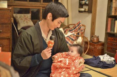 朝の連続テレビ小説『おひさま』で初の父親役に挑戦する高良健吾 (C)NHK
