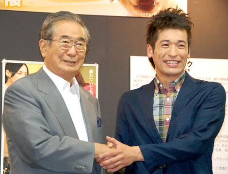 映画『ロック わんこの島』公開記念パネル展に出席した(左から)石原慎太郎都知事、主演の佐藤隆太 (C)ORICON DD inc.
