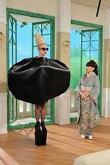 予想以上の奇抜な衣装で登場したレディー・ガガ (C)テレビ朝日