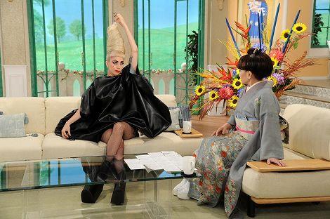 髪の毛の中から取り出したキャンディを徹子にプレゼント (C)テレビ朝日
