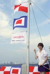 海辺で行われた会見の様子 (C)ORICON DD inc.