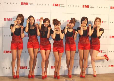 ねこポーズも可愛らしいT-ARA(左から)ジヨン、ヒョミン、キュリ、ボラム、ソヨン、ウンジョン、ファヨン (C)ORICON DD inc.