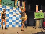 映画『アイ・アム・ナンバー4』のイベントで、自ら考案した「ナンバー4」の型を披露した楽しんご (C)ORICON DD inc.