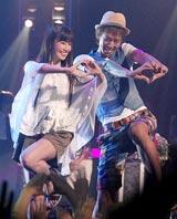新ドラマ『美男(イケメン)ですね』プレミア制作発表に出席した(左から)AKB48・小嶋陽菜、楽しんご
