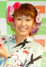 『国際電子出版EXPO』のKDDIブースに浴衣姿で登場した里田まい