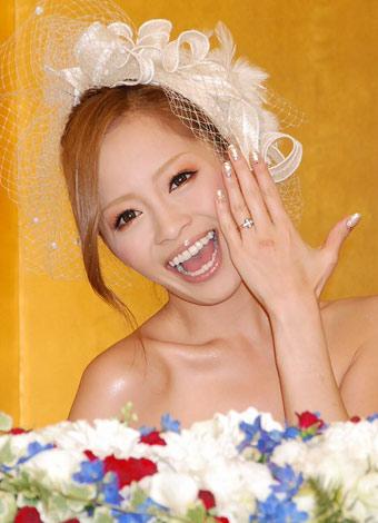サムネイル 左手薬指に指輪をはめ入籍を報告した小森純 (C)ORICON DD inc.