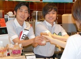 ドトールコーヒーショップの1日店長を務めた、NON STYLEの(左から)石田明、井上裕介  (C)ORICON DD inc.