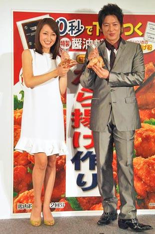 日本食品『から揚げ作り』キャンペーンイベントに出席した(左から)矢田亜希子、細川茂樹 (C)ORICON DD inc.
