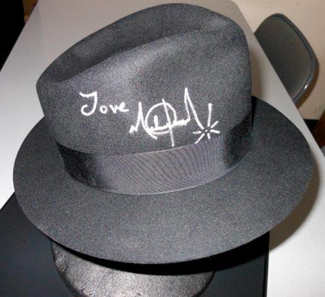 直筆サイン入りの帽子