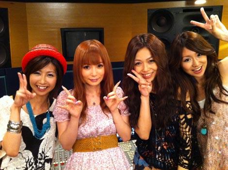 左からMAIKO(ZONE)、中川翔子、MIYU(ZONE)、TOMOKA(ZONE)