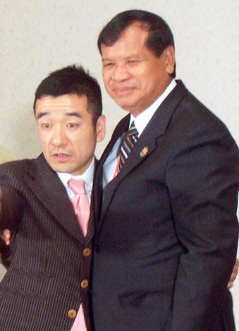 カンボジア観光省のトン・コン大臣(右)と対談した猫ひろし
