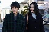 木村佳乃(右)、中村蒼が出演するドラマ『魔術はささやく』のワンシーン (C)フジテレビ