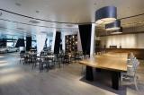 カフェ・レストランを併設した『メルセデス・ベンツ コネクション』1階の様子」(設計:窪田建築都市研究所 写真:ナカサ&パートナーズ)