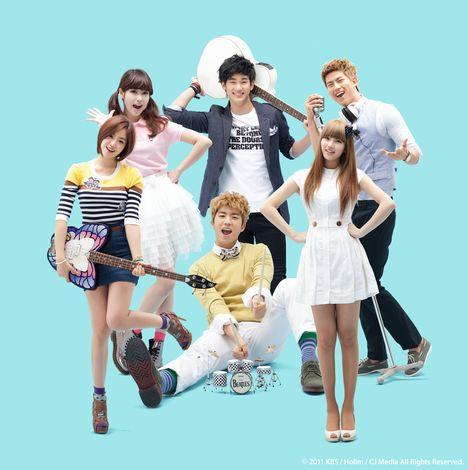 『ドリームハイ』に出演するK-POPアイドル(左から:ウンジョン、IU、ウヨン(前)、スヒョン(後)、スジ、テギョン) (c)2011 KBS/Holim/CJ Media All Rights Reserved.