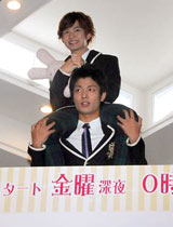 TBS系ドラマ『桜蘭高校ホスト部』の制作発表会に肩ぐるまで登場した中村昌也(下)と千葉雄大