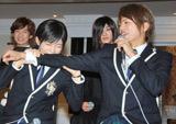 TBS系ドラマ『桜蘭高校ホスト部』の制作発表会で山本裕典の腕に噛み付く主演の川口春奈