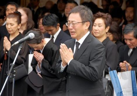 原田芳雄さんの出棺を涙ながらに見送った松尾貴史 (C)ORICON DD inc.