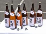 原田芳雄さんの告別式の模様 一般参列者には、お酒好きな原田さんが愛飲していた日本酒「夜明け前」がふるまわれた (C)ORICON DD inc.
