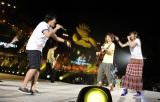 【ライブ写真】ステージでTUBE・前田亘輝と熱唱するいきものがかり