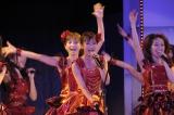 AKB48西武ドーム公演で新曲「フライングゲット」をパフォーマンス(センターは選抜1位に返り咲いた前田敦子)