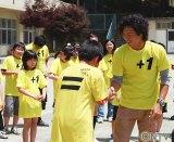 被災した小学校を訪問し、子ども達と交流を深める石川遼選手