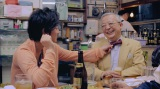 JRAの新CMに出演する佐藤健(左)と競馬評論家の井崎脩五郎(右)