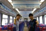 京急電車をジャックしたキマグレン(左から:KUREI、ISEKI)
