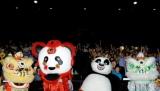 """『カンフー・パンダ2』のポー(右から2番目)と""""中華獅子舞""""、""""パンダ獅子舞""""のみなさん"""