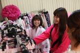 『PJ』CM撮影の準備をするAKB48の(左から)大島優子、小嶋陽菜