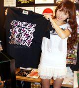 自身が手がけたTシャツの発売記念サイン会に出席した、SDN48・大堀恵