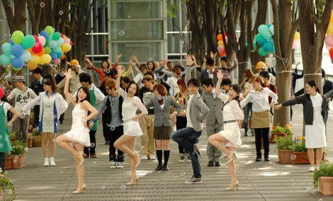 50人のダンサー&チアガールと共にミュージカルシーンを撮影